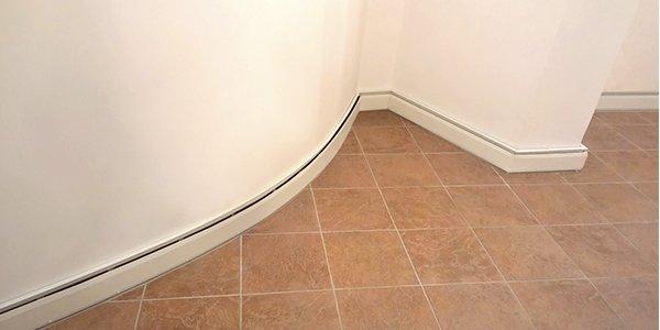 Теплый плинтус можно гнуть, повторяя профиль стены
