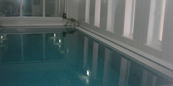 Теплый плинтус можно устанавливать в бассейнах